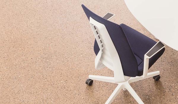 fauteuil de bureau PUREis3 derrière une table.