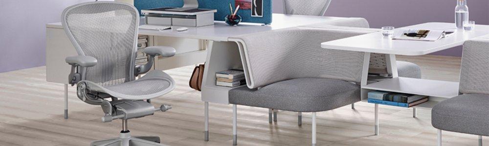 Un fauteuil aeron couleur mineral devant un bureau